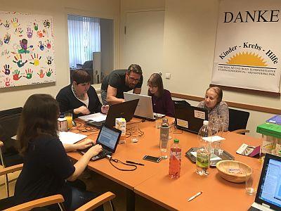 Trainer mit jungen Krebs-Patientinnen bei ECDL-Schulung