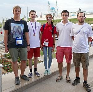 Team Austria: Simon, Florian mit der Bronzemedaille, Betreuerin der IOI, Miklos, Stefan